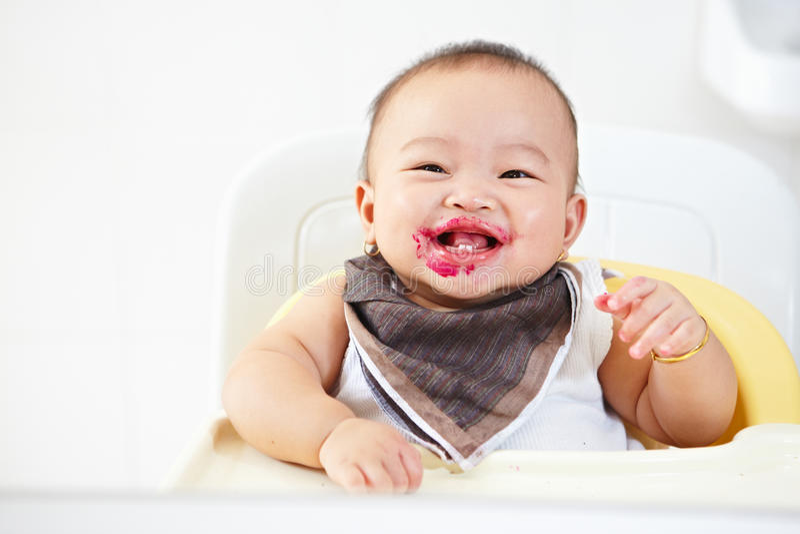 Bebê após alimentado foto de stock