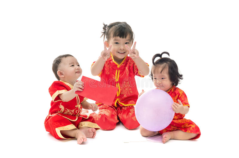 Bebê asiático bonito e menina no isolado do terno do chinês tradicional foto de stock royalty free
