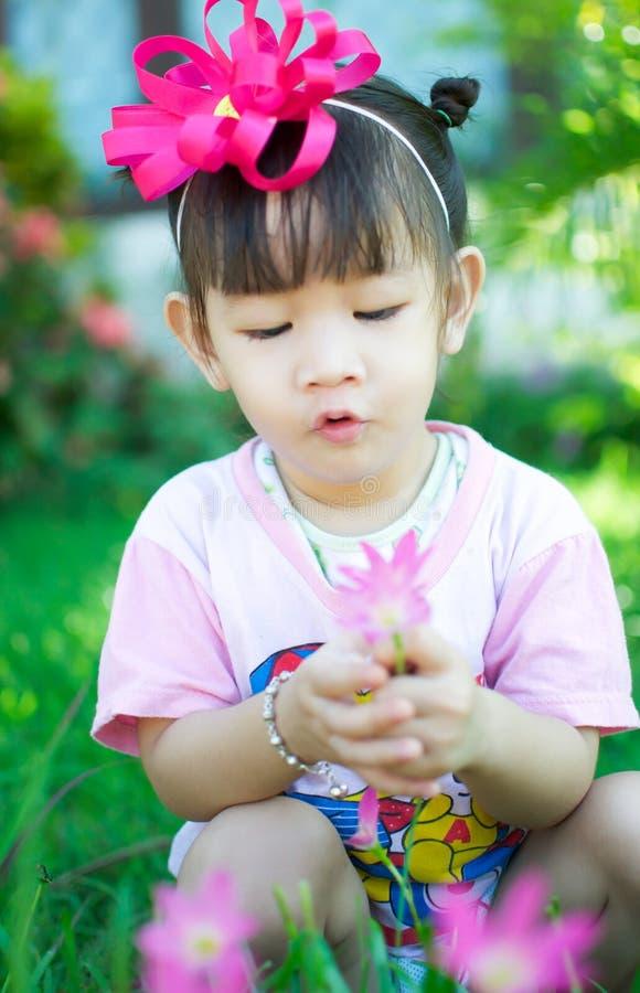 Bebê asiático com flor foto de stock royalty free