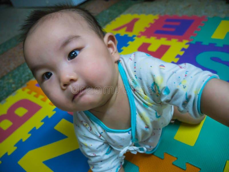 Bebê asiático considerável de Cutie no bebê fotos de stock royalty free