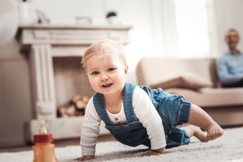 Bebê bonito alegre que sente feliz imagens de stock