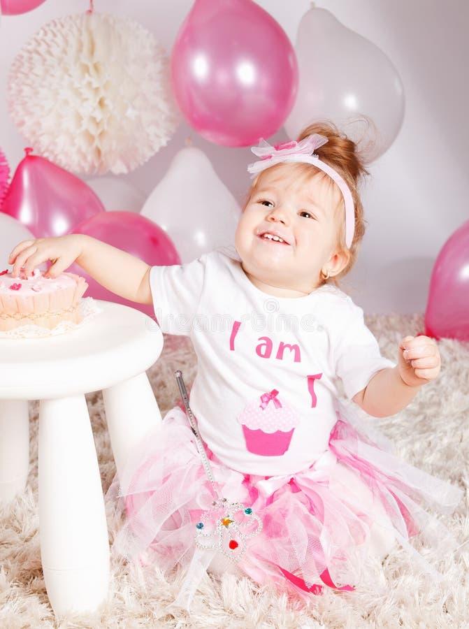 Bebê bonito com bolo de aniversário fotografia de stock