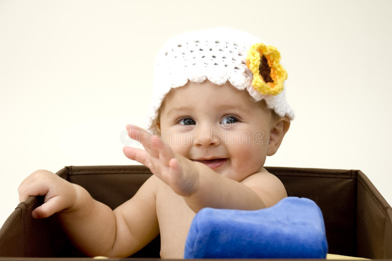 Bebê bonito com chapéu do Crochet imagens de stock