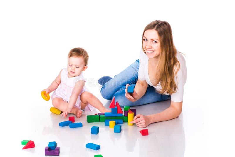 Bebê bonito com construção da mãe com cubos fotografia de stock royalty free
