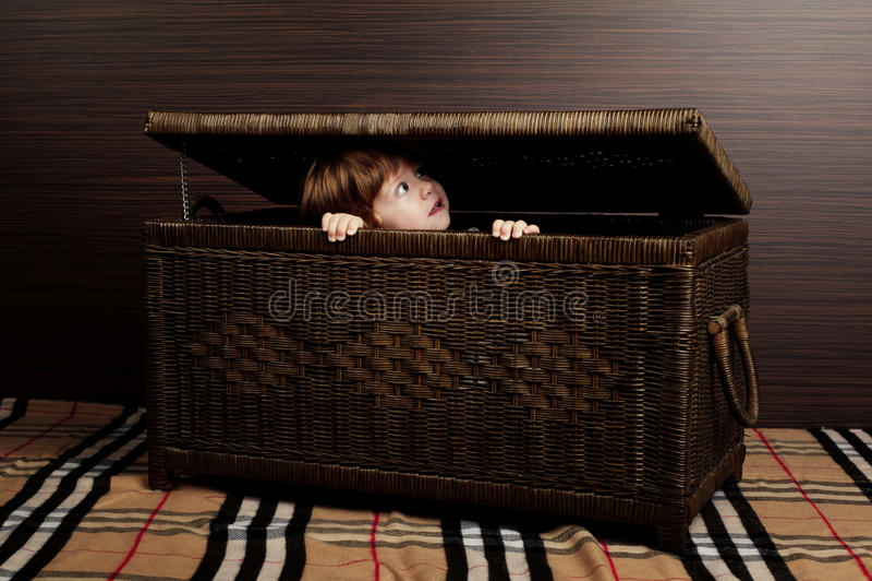Bebê bonito com mala de viagem imagens de stock royalty free