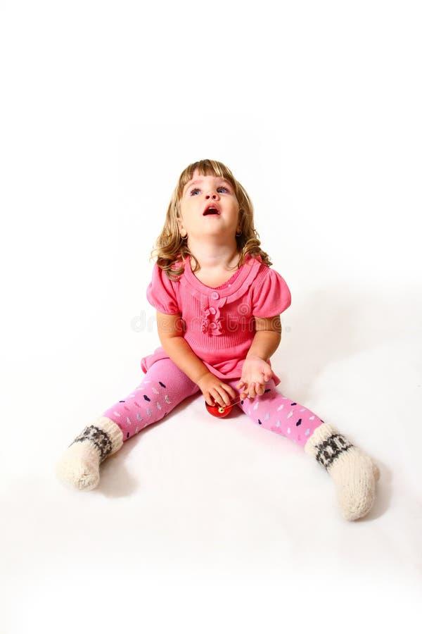 Bebê bonito com uma bola vermelha   fotos de stock royalty free
