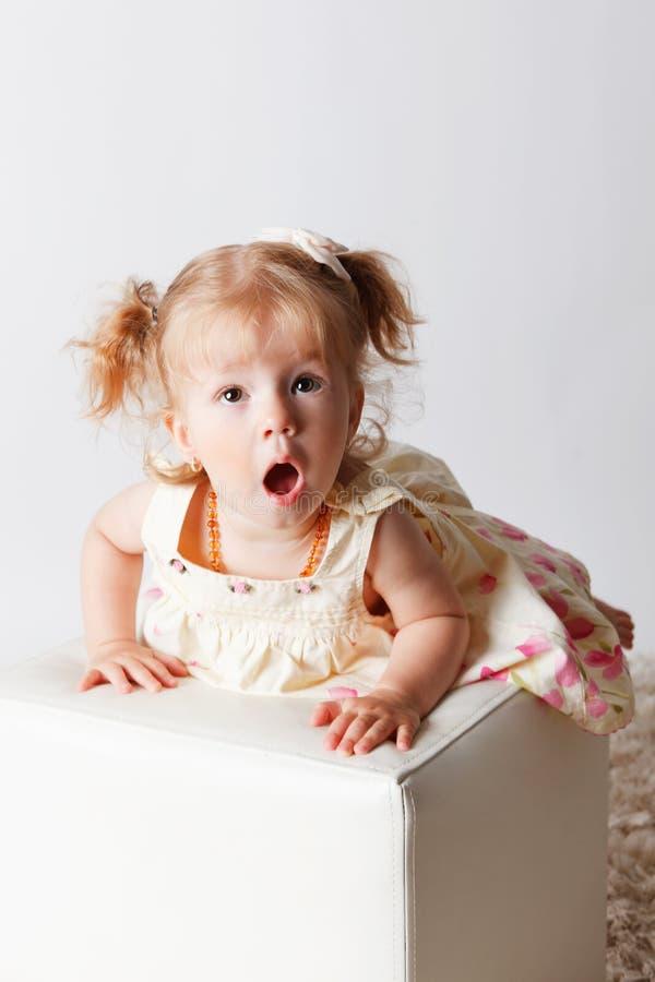 Bebê bonito com uma expressão surpreendida da cara foto de stock