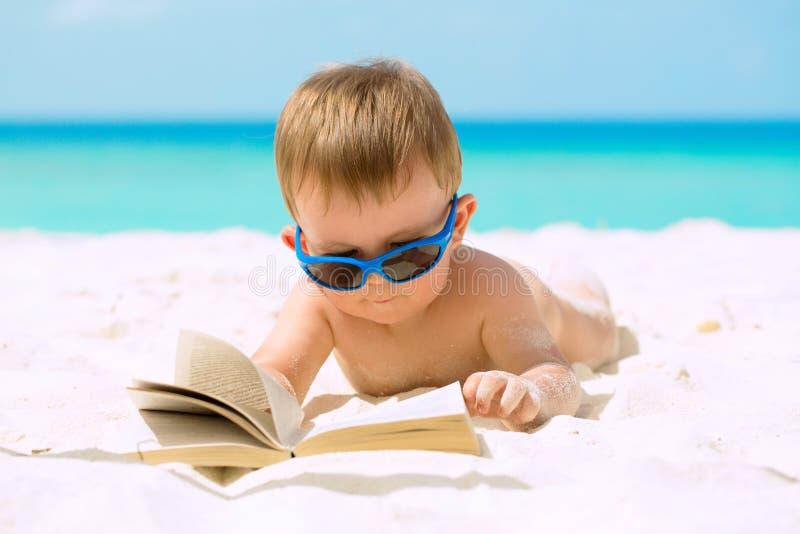 Bebê bonito em férias imagem de stock