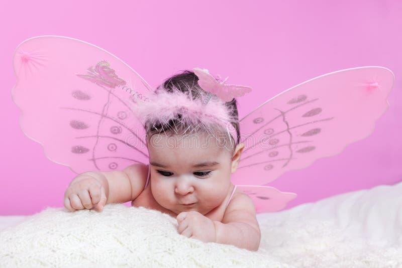Bebê bonito, bonito, feliz, carnudo curioso sobre texturas foto de stock
