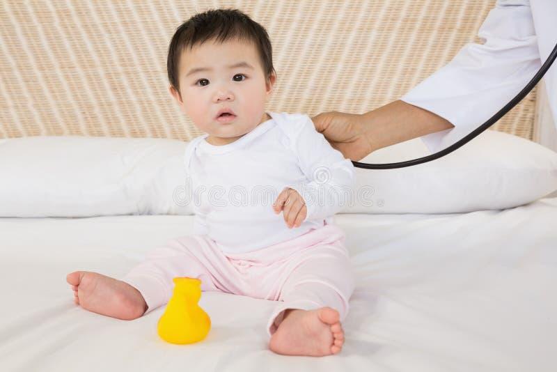 Bebê bonito na cama foto de stock royalty free