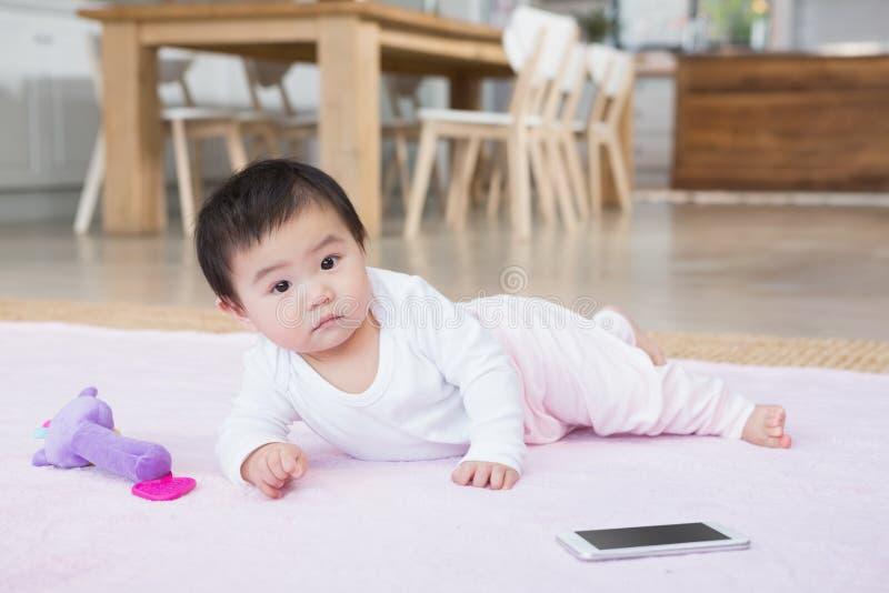 Bebê bonito no tapete fotografia de stock