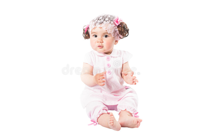 Bebê bonito pequeno no vestido cor-de-rosa isolado no fundo branco foto de stock royalty free