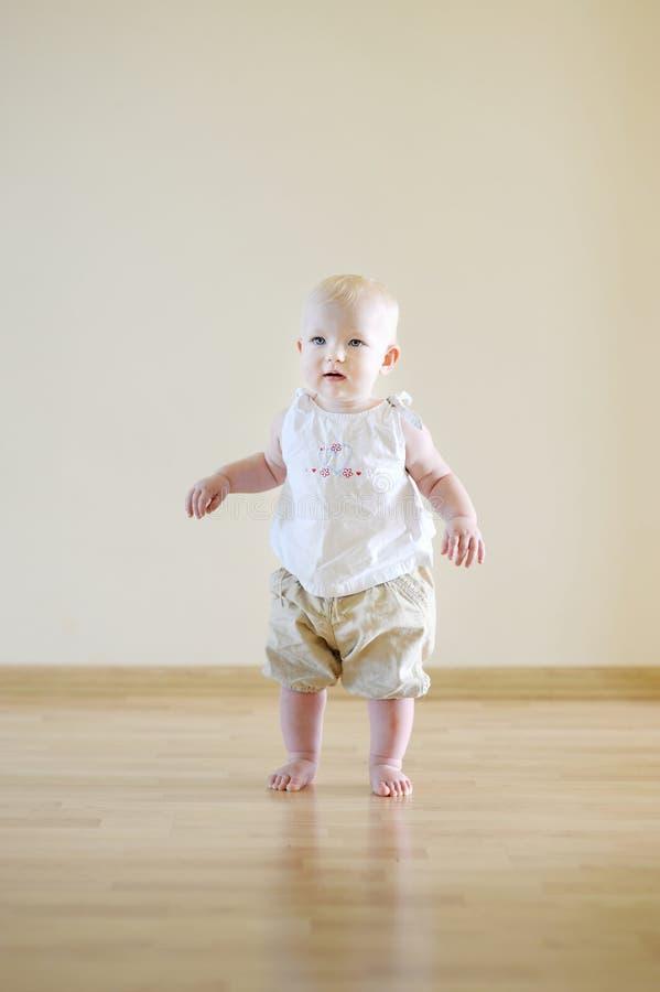 Bebê bonito que aprende andar fotografia de stock royalty free