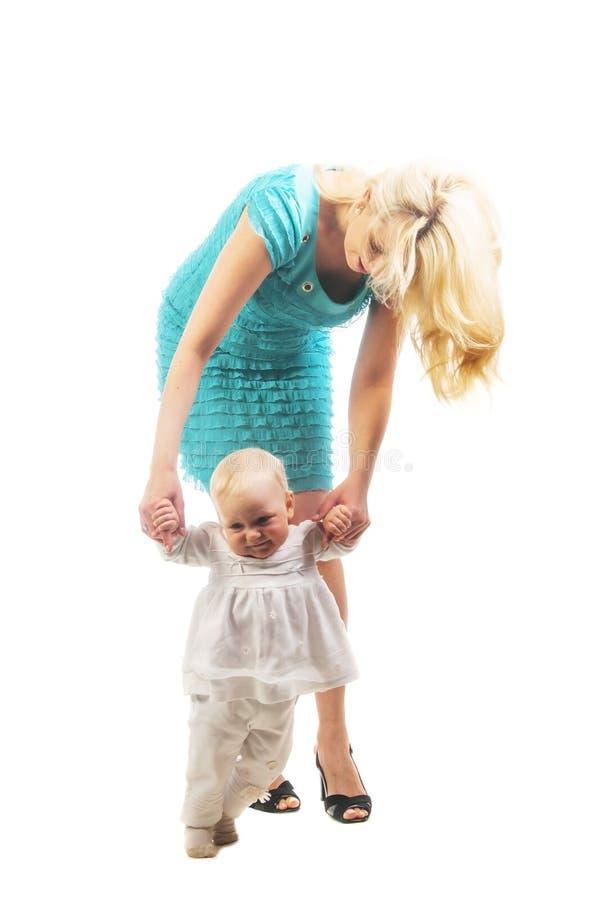 Bebê bonito que aprende andar fotos de stock