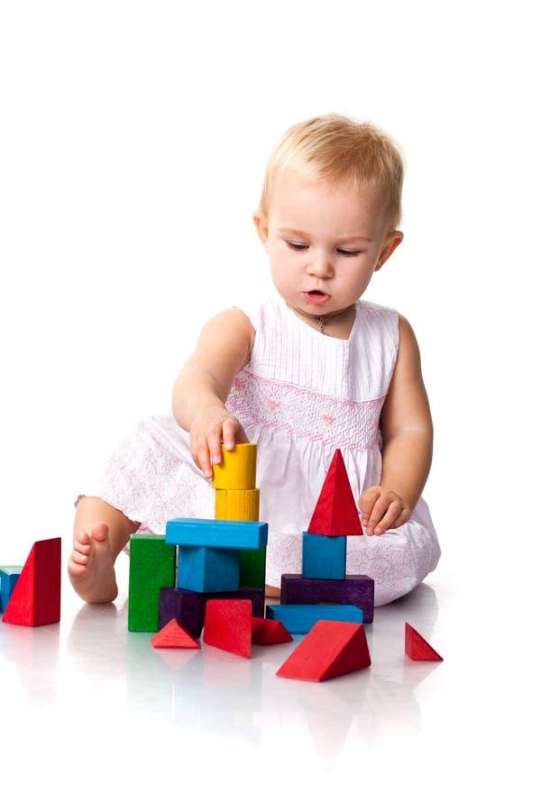Bebê bonito que constrói um castelo fotografia de stock