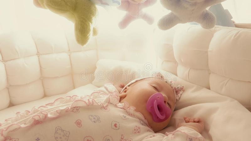 Bebê bonito que dorme em seu berço fotografia de stock royalty free