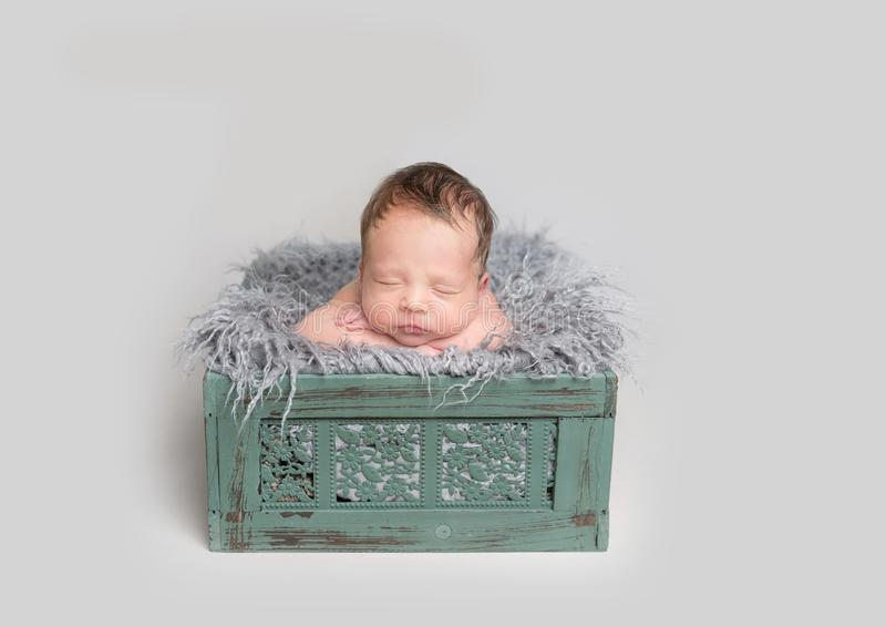 Bebê bonito que dorme na caixa de madeira fotos de stock