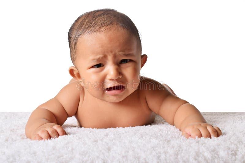 Bebê bonito que dorme na cama no estômago que grita, Pune, Maharashtra imagens de stock royalty free