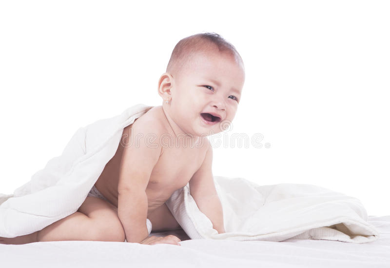 Bebê bonito que grita na cama imagens de stock royalty free