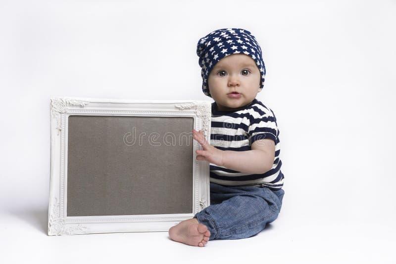 Bebê bonito que guarda um sinal quadro placa fotos de stock royalty free
