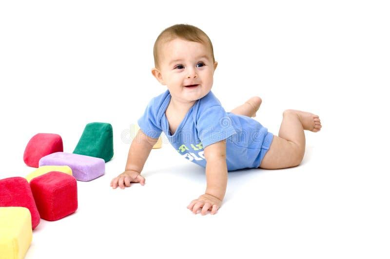 Bebê bonito que joga com brinquedos fotografia de stock