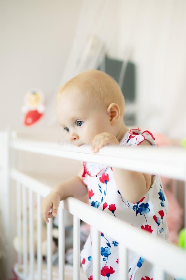 Bebê bonito que joga na ucha fotos de stock