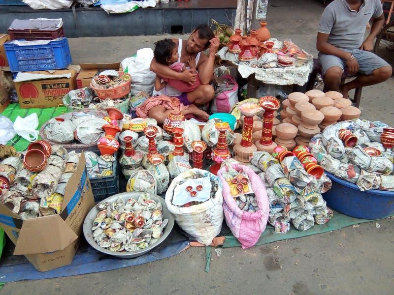 Bebê bonito que obtém o amor da papá em sua loja da rua em Kolkata fotos de stock royalty free