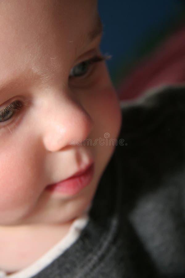 Bebê bonito que olha para baixo imagem de stock