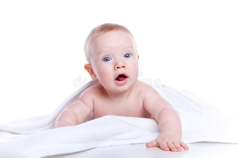 Bebê bonito sob uma toalha branca fotografia de stock