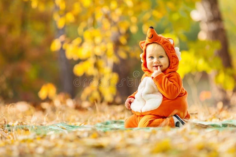 Bebê bonito vestido no traje da raposa fotografia de stock royalty free