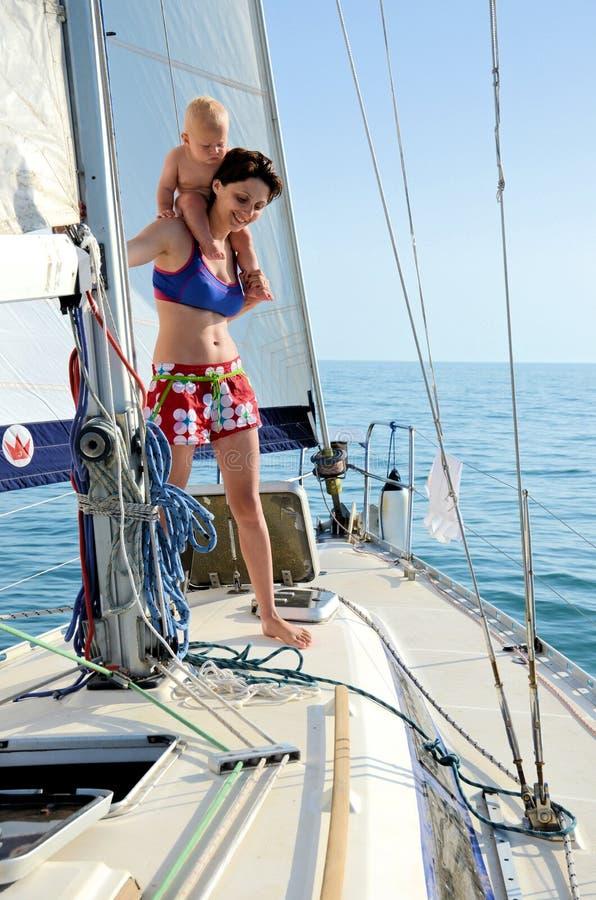Bebê a bordo yachting fotografia de stock