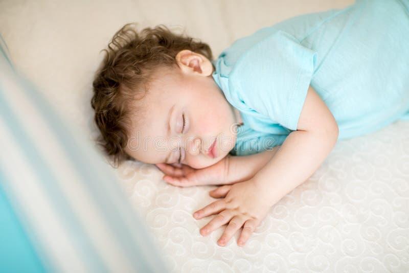 Bebê calmo que dorme em uma sala brilhante foto de stock