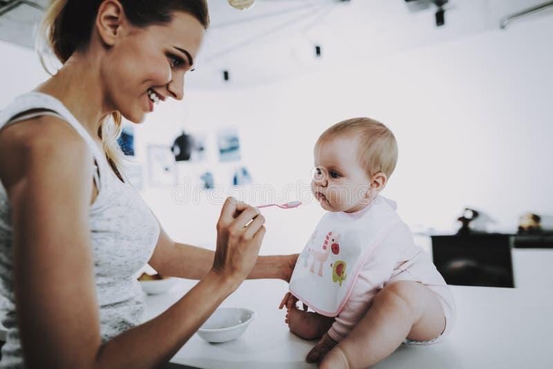 Bebê caucasiano bonito que é Fed pela mamã em casa fotos de stock royalty free