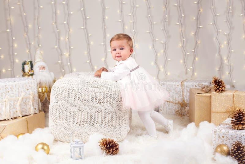 Bebê caucasiano com os olhos azuis que olham in camera de comemoração o feriado do Natal ou do ano novo fotos de stock royalty free