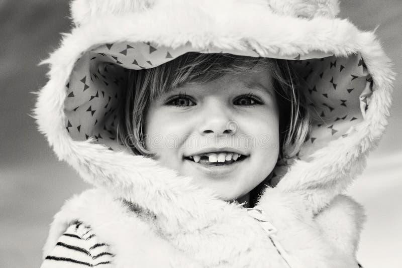 bebê caucasiano de riso de sorriso engraçado adorável bonito da criança no casaco de pele fotos de stock royalty free