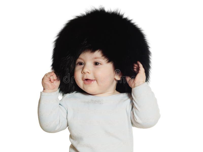 Bebê caucasiano no chapéu negro grande isolado imagem de stock royalty free