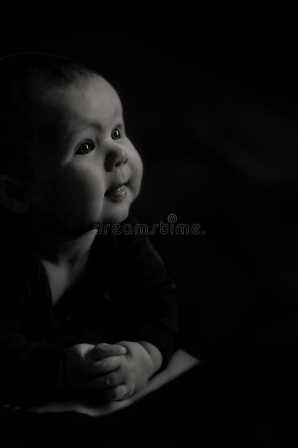 Bebê com as mãos dobradas para a oração calma fotos de stock