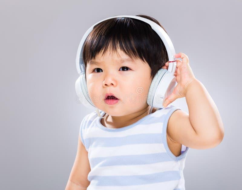 Bebê com auriculares foto de stock