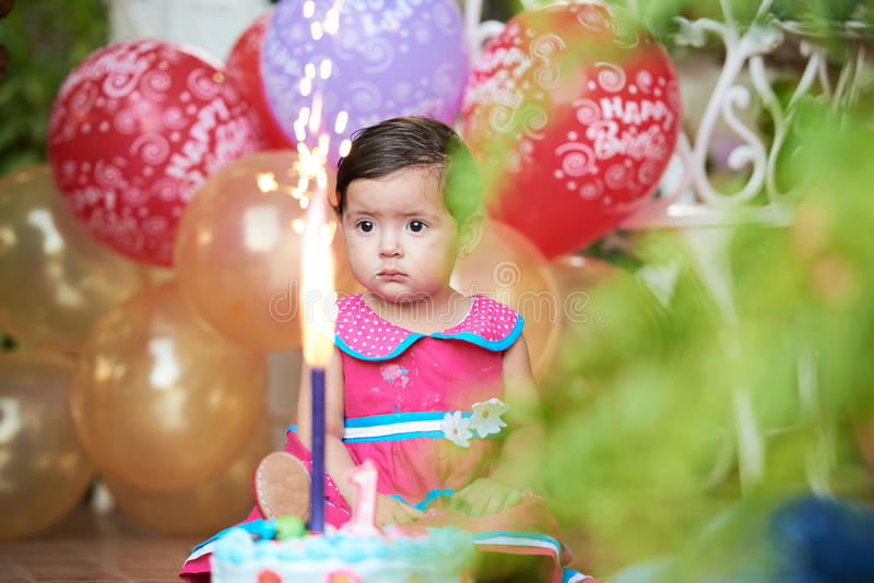 Bebê com bolo de aniversário fotografia de stock