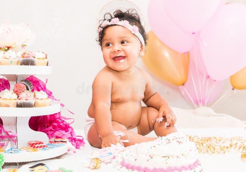 Bebê com bolo e balões foto de stock royalty free