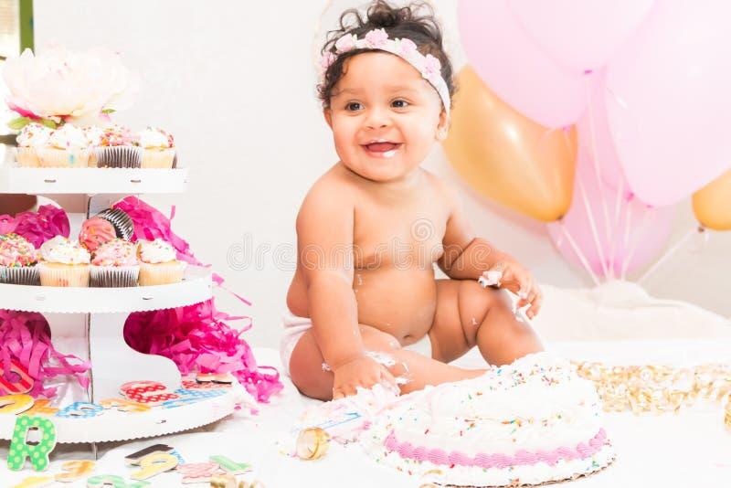 Bebê com bolo e balões fotos de stock royalty free