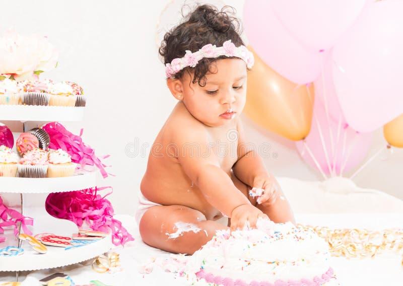 Bebê com bolo e balões imagens de stock royalty free