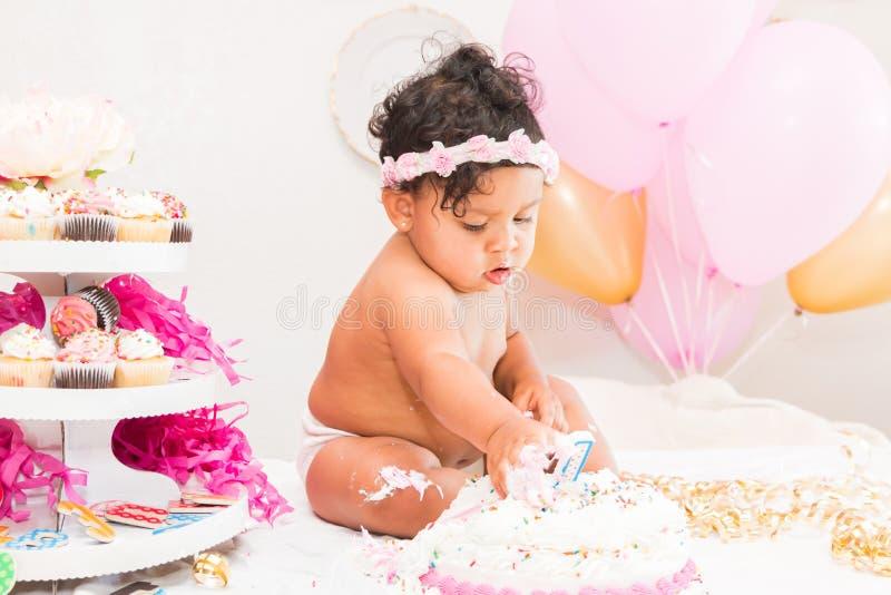 Bebê com bolo e balões fotos de stock