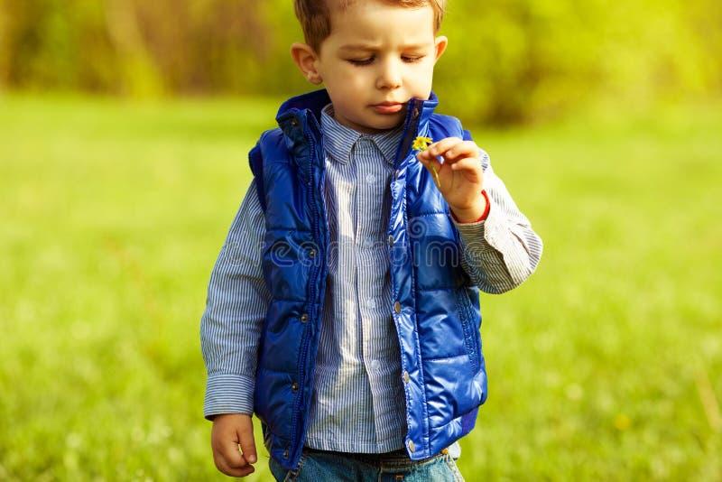 Bebê com cabelo vermelho do gengibre no revestimento na moda fotos de stock royalty free