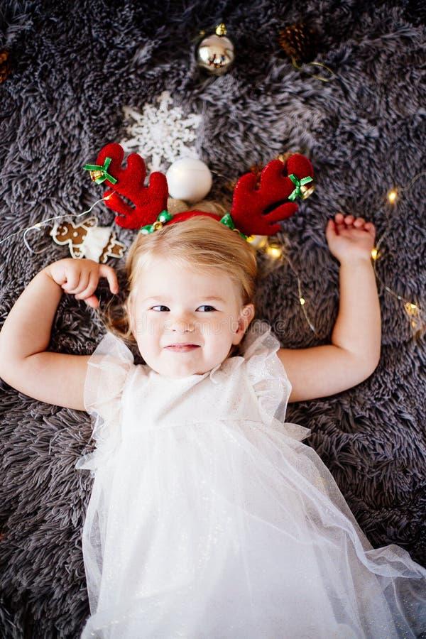Bebê com chifres dos cervos fotos de stock royalty free