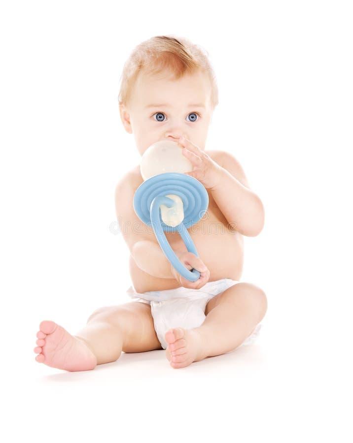 Bebê com chupeta grande imagem de stock