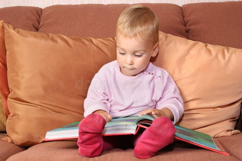 Bebê com livro imagem de stock royalty free