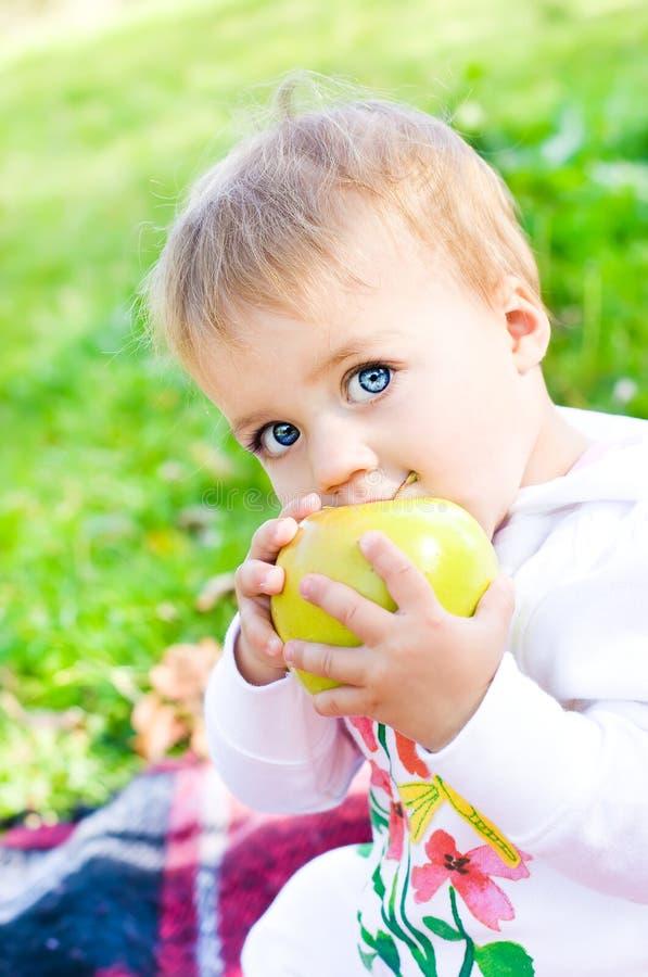 Bebê com maçã imagem de stock royalty free