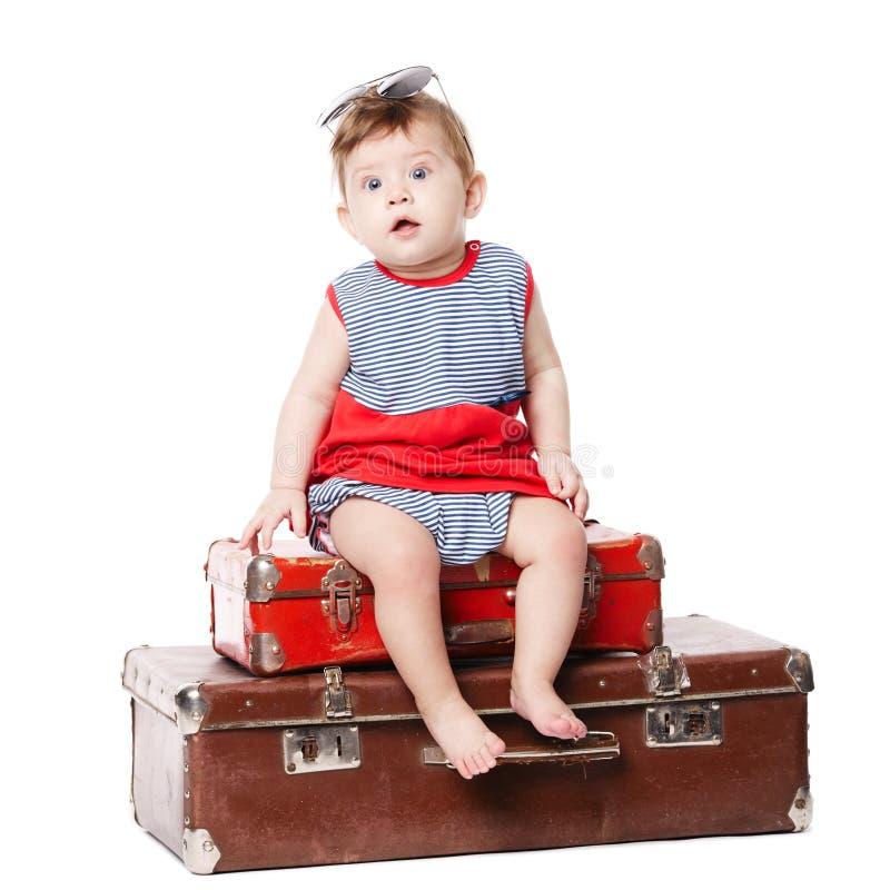 Bebê com a mala de viagem isolada no branco imagens de stock royalty free
