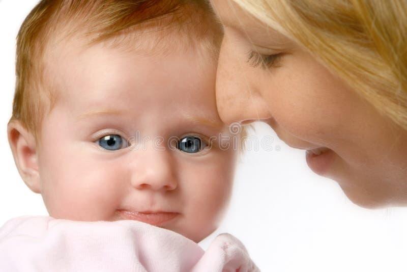 Bebê com a mamã nos sonhos fotografia de stock royalty free